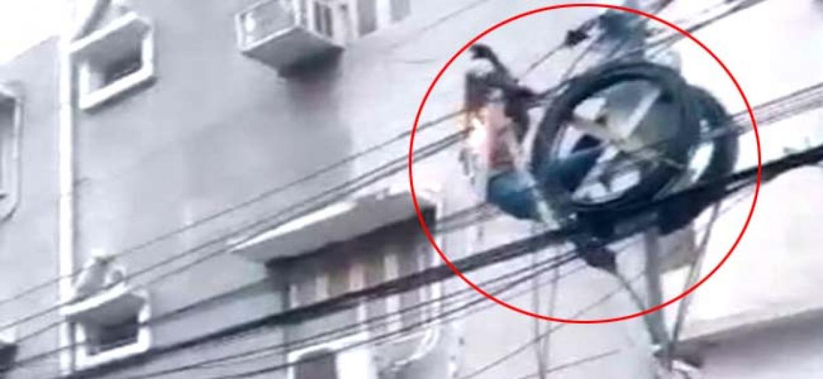 Uppal man catches fire while trying to fix cables on power pole