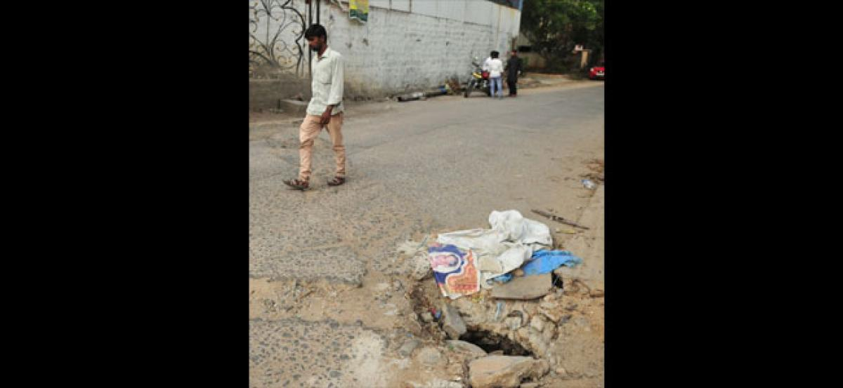 Open manhole poses threat to motorists
