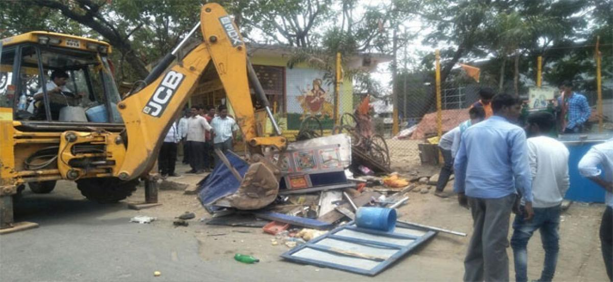Roadside traders complain of ill-treatment during demolition