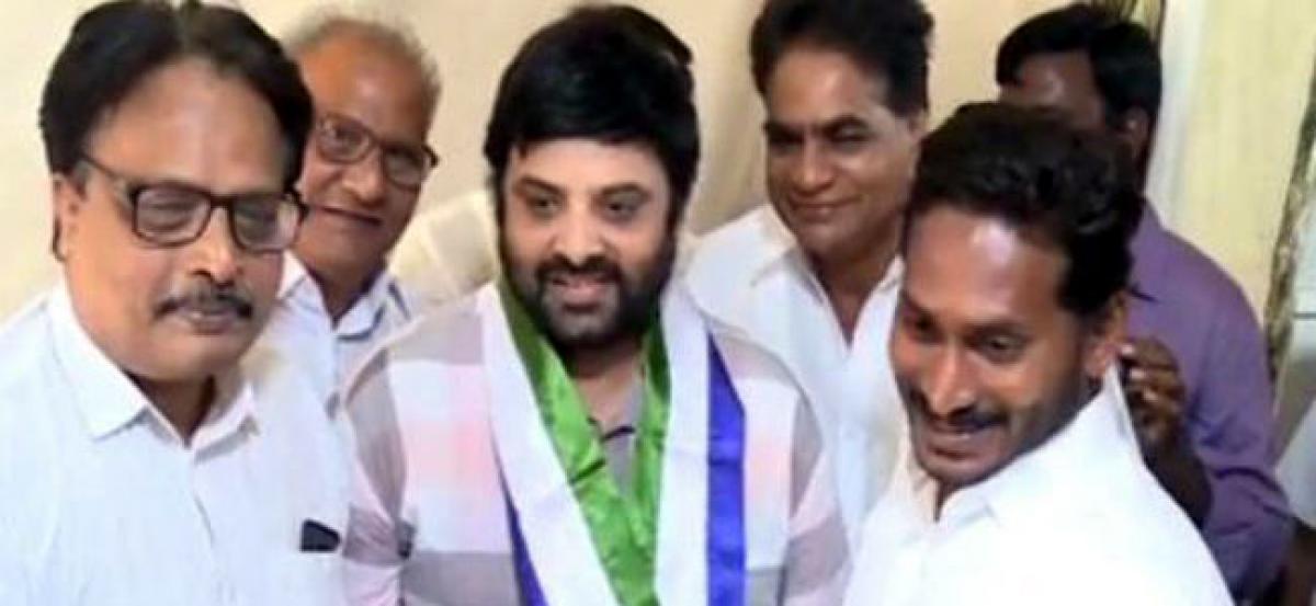Hero Krishnudu joins YSRCP