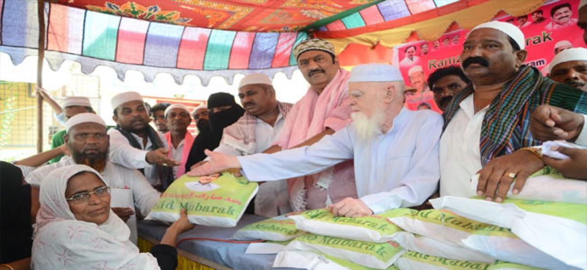 Maganti distributes Ramzan gifts