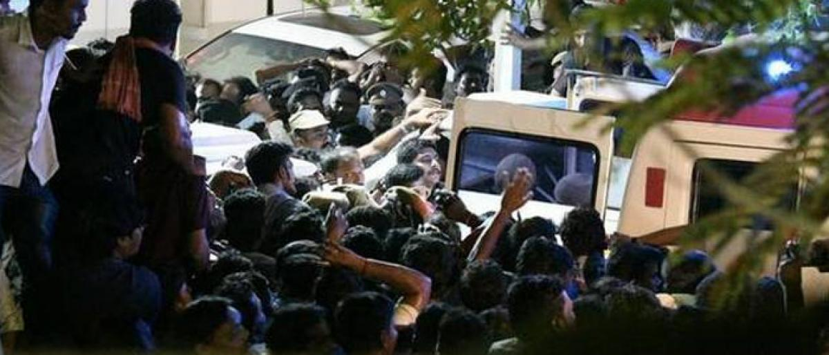 Karunanidhi in ICU, DMK party supporters throng outside hospital