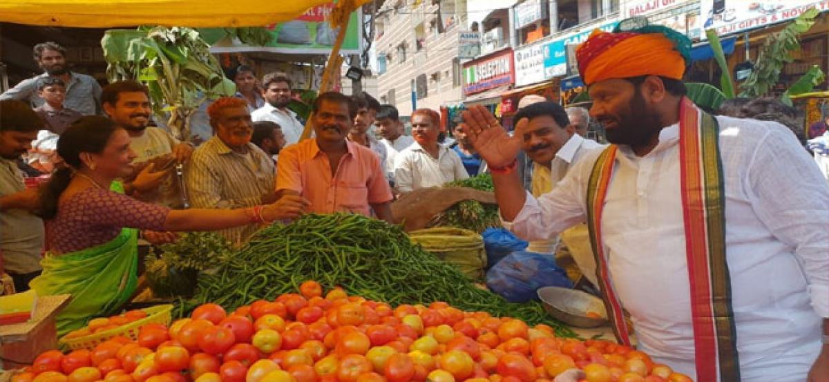 Kuna Srisailam Goud woos vendors at market