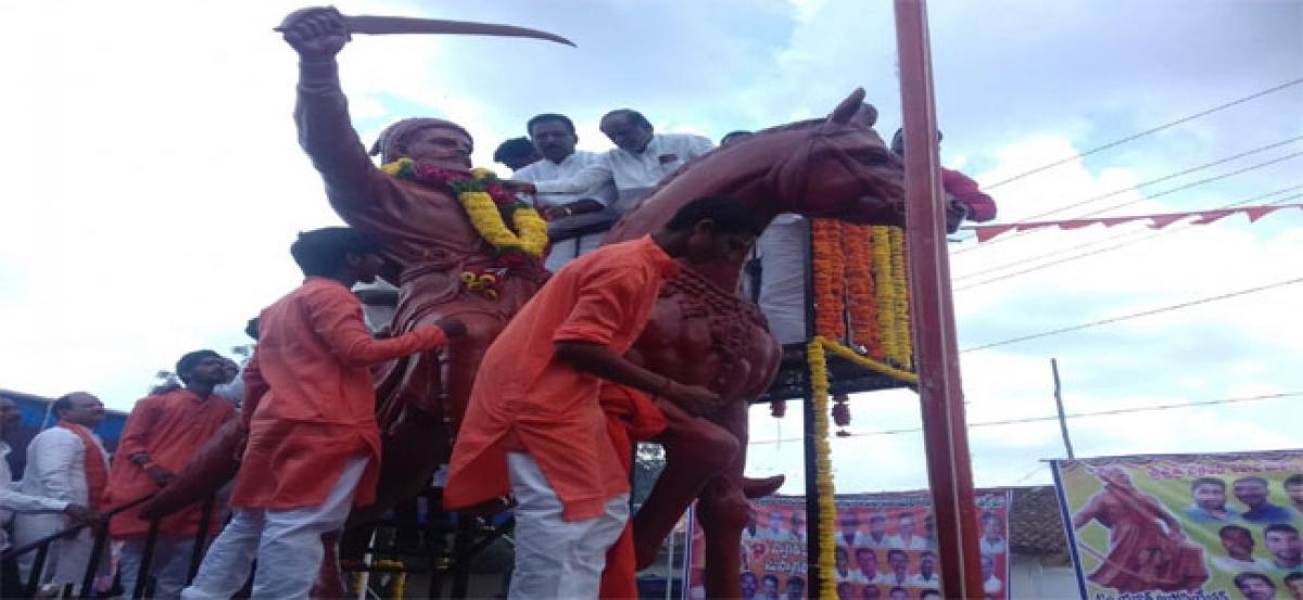 Laxman unveils Chatrapathi Shivaji's statue