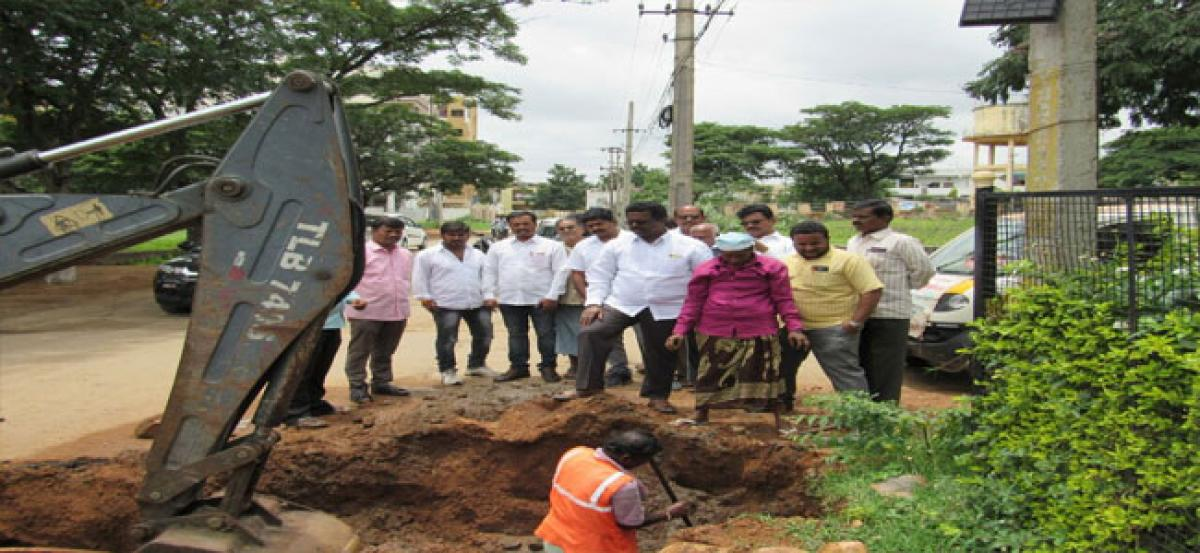 Pannala Devendar Reddy inspects damaged UGD pipelines