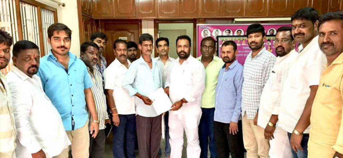 Manne Govardhan Reddy hands over Rs 60k CMRF cheque