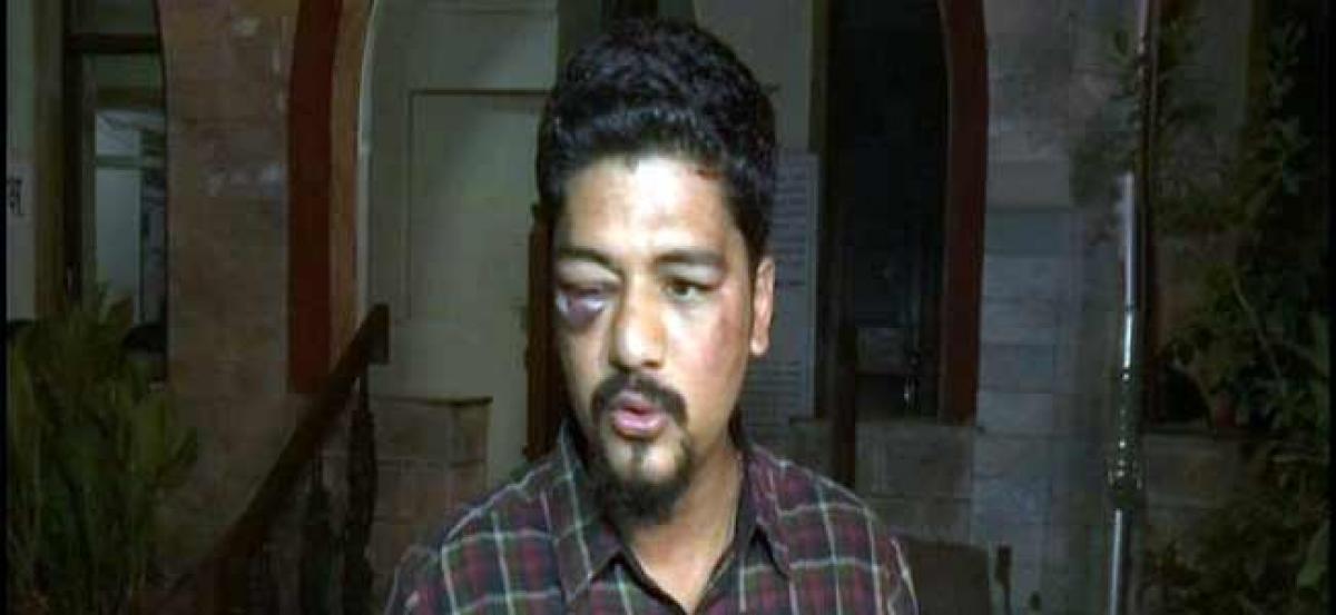 4 arrested for assaulting Mumbai journalist outside residence