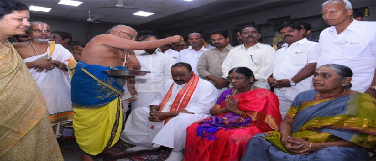 Naini visits Yadadri, offers prayers