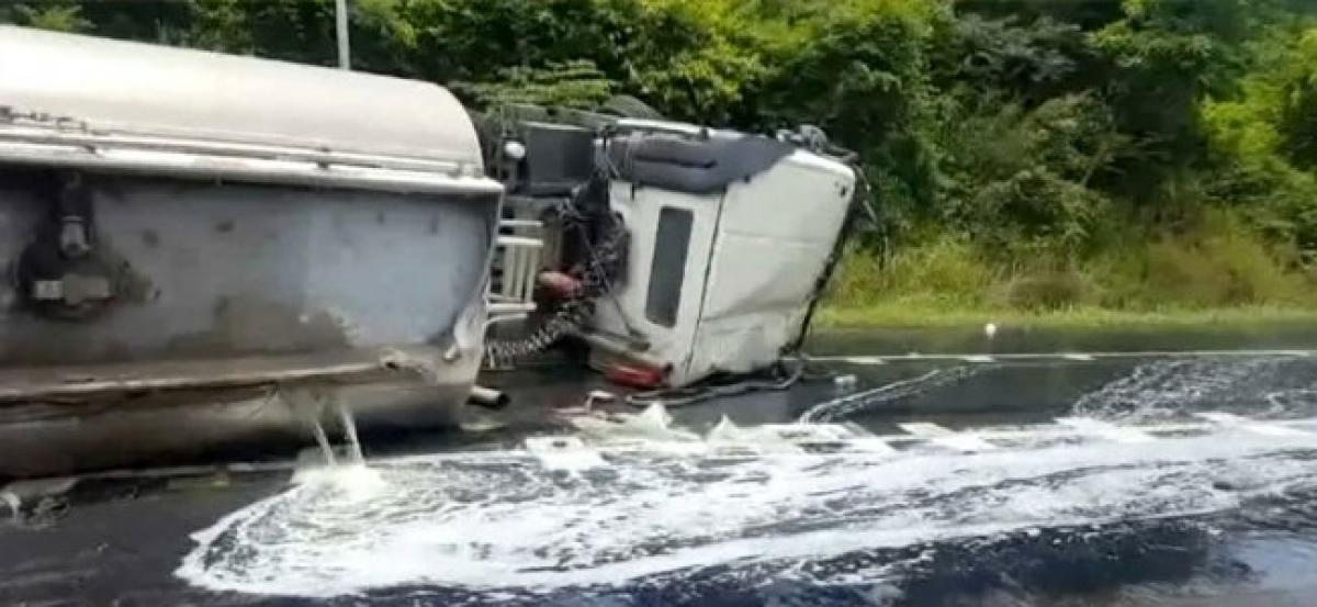 Oil tanker overturns, 10000 litres of fuel spilled on road