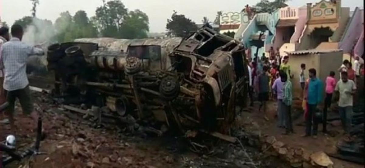 Andhra: Traffic jam on NH 26 after oil tanker hits transformer