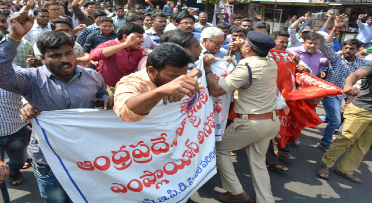 Agitating contract electricity workers held