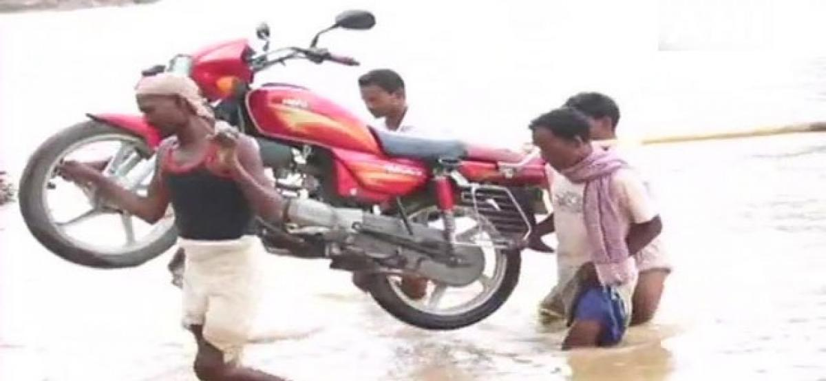 Jharkhand: In absence of bridge, villagers cross river on foot