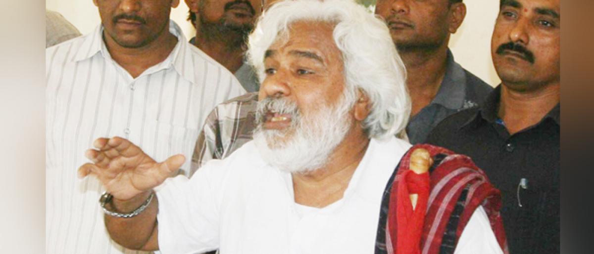 Balladeer Gaddar hits out at KCR, says feudalism returned