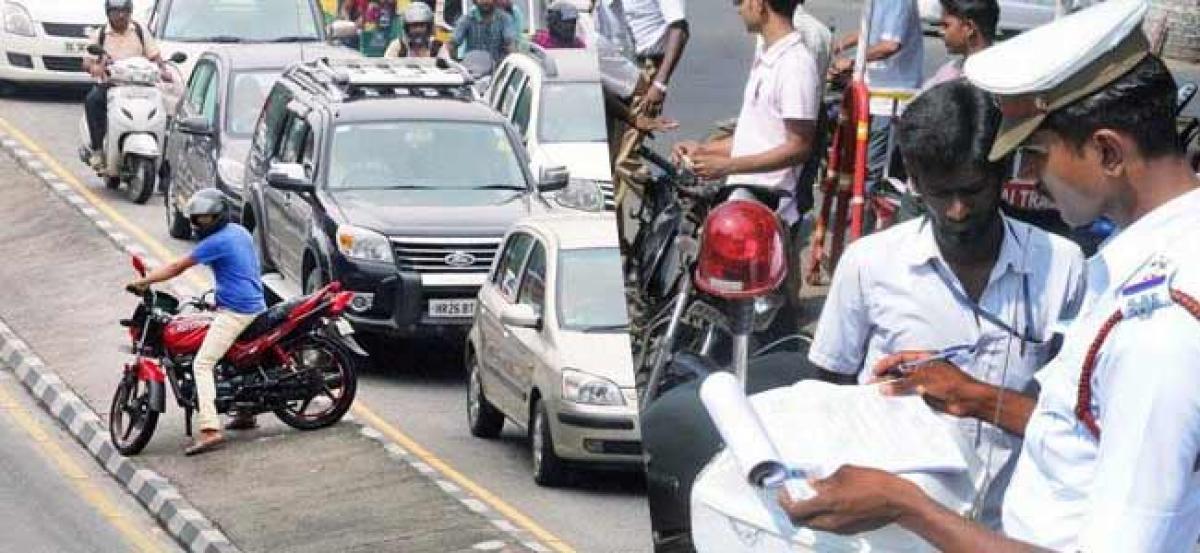 Cops unleash Whatsapp  war against traffic violators