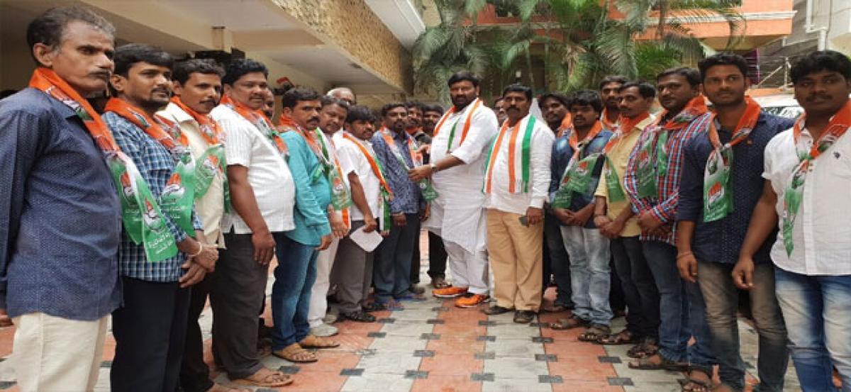 100 TRS activists of Rajeev Gruha Kalpa join Congress at Shapurnagar